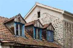 Ventanas del ático en una casa antigua en Kotor, Montenegro Fotos de archivo libres de regalías