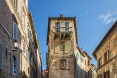 Ventanas del balcón en la ciudad antigua de Siena Italia Imagenes de archivo