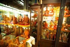 Ventanas del departamento con los monjes de los maniquíes en el mercado del fin de semana de Chatuchak Imagen de archivo