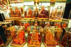 Ventanas del departamento con los monjes de los maniquíes en el mercado del fin de semana de Chatuchak Imagenes de archivo