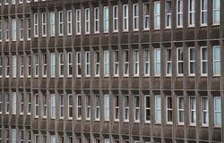 Ventanas del edificio de oficinas imágenes de archivo libres de regalías