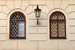 Ventanas del renacimiento con la lámpara de calle del hierro Imagen de archivo libre de regalías