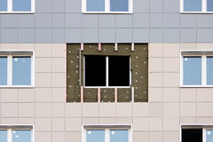 ventanas en una casa nuevamente construida emparede la estructura con la fibra material no combustible aislada del basalto tejada Fotos de archivo libres de regalías