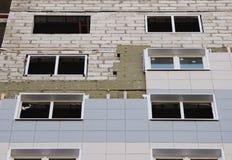 ventanas en una casa nuevamente construida emparede la estructura con la fibra material no combustible aislada del basalto tejada Fotografía de archivo libre de regalías