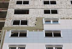 ventanas en una casa nuevamente construida emparede la estructura con la fibra material no combustible aislada del basalto tejada Foto de archivo