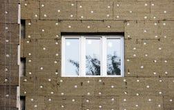 ventanas en una casa nuevamente construida emparede la estructura con la fibra material no combustible aislada del basalto tejada Imagen de archivo libre de regalías