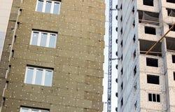 ventanas en una casa nuevamente construida emparede la estructura con la fibra material no combustible aislada del basalto tejada Imagenes de archivo