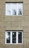 ventanas en una casa nuevamente construida emparede la estructura con la fibra material no combustible aislada del basalto tejada Imagen de archivo