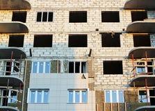ventanas en una casa nuevamente construida emparede la estructura con la fibra material no combustible aislada del basalto tejada Foto de archivo libre de regalías