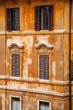 Ventanas europeas con los obturadores de madera Viejo exterior de la casa Imagen de archivo libre de regalías