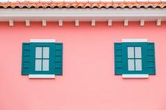 Ventanas falsas en la pared rosada Imágenes de archivo libres de regalías