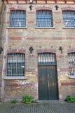 Ventanas grandes de la prisión imagenes de archivo