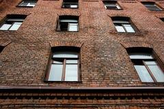 Ventanas grandes en un edificio de ladrillo viejo El edificio fue construido en el siglo XIX imagenes de archivo