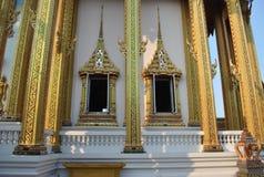 Ventanas hermosas de la arquitectura en el nonthaburi buakwan Tailandia del wat del templo imagen de archivo