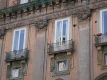 Ventanas históricas de la casa urbana con reflexiones Imágenes de archivo libres de regalías