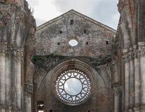 Ventanas históricas de Toscana Italia Toscana del galgano del san de la abadía de la iglesia del cielo góticas Imagen de archivo libre de regalías