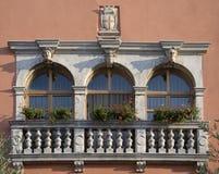 Ventanas históricas en Vodnjan Imagen de archivo libre de regalías
