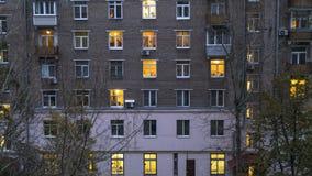 Ventanas iluminadas del lapso de tiempo de la casa de vivienda almacen de video