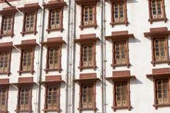 Ventanas indias en la fachada en Rajasthán, la India fotografía de archivo libre de regalías
