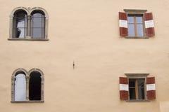 Ventanas italianas Imágenes de archivo libres de regalías