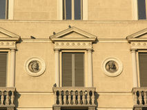 Ventanas italianas Foto de archivo libre de regalías