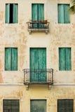 Ventanas italianas viejas Foto de archivo