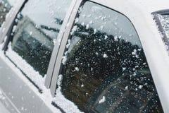 Ventanas laterales del coche de plata pulverizadas con nieve en un día de invierno imágenes de archivo libres de regalías