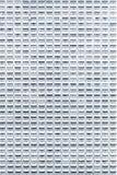 Ventanas múltiples en un edificio de oficinas de la altura Foto de archivo libre de regalías