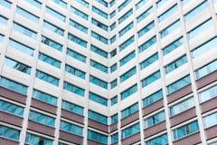Ventanas múltiples en un edificio de oficinas grande Fotos de archivo libres de regalías