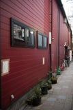 Ventanas negras en la pared roja Imagen de archivo libre de regalías