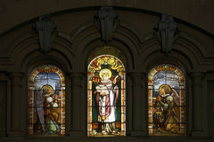 Ventanas plomadas manchadas viejas en iglesia española Fotos de archivo