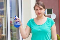 Ventanas que se lavan de la chica joven afuera Imagen de archivo