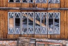 Ventanas quebradas de la casa abandonada vieja Foto de archivo libre de regalías