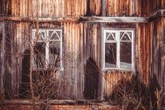 Ventanas quebradas de la casa abandonada vieja Edad avanzada y desolación Foto de archivo libre de regalías