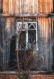 Ventanas quebradas de la casa abandonada vieja Edad avanzada y soledad Fotografía de archivo