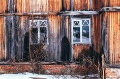 Ventanas quebradas de la casa destruida vieja Foto de archivo