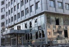 Ventanas quebradas de las armas que caen en la Donetsk imagenes de archivo