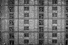 Ventanas quebradas en almacén abandonado enorme Foto de archivo