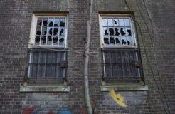 Ventanas quebradas en el edificio abandonado Imagen de archivo libre de regalías