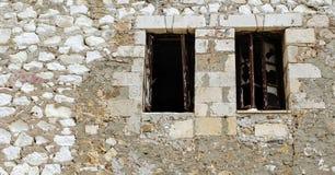 Ventanas quebradas en una pared de ladrillo imágenes de archivo libres de regalías