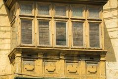 Ventanas rústicas en viejos hogares europeos Foto de archivo libre de regalías