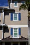 Ventanas Shuttered de la arquitectura genérica de la Florida imagen de archivo libre de regalías