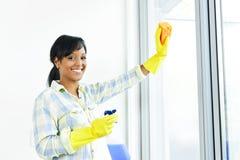 Ventanas sonrientes de la limpieza de la mujer Imagen de archivo libre de regalías