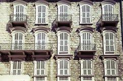 Ventanas típicas de la arquitectura del sur de Francia Imagenes de archivo