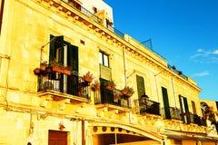 Ventanas típicas viejas en Ortigia sicilia Imagen de archivo