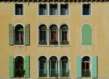 Ventanas venecianas típicas Fotos de archivo libres de regalías
