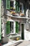 Ventanas verdes en casa vieja de la fachada fotografía de archivo libre de regalías