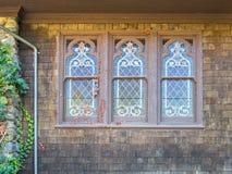 Ventanas viejas clásicas de la iglesia Foto de archivo