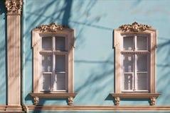Ventanas viejas con los arquitrabes tallados Fotografía de archivo
