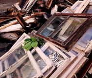 Ventanas viejas de bastidores de madera, desmontadas Foto de archivo